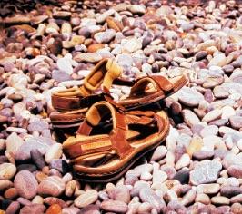 Liebevolle Kindererziehung – Schuhe um Verzeihung bitten